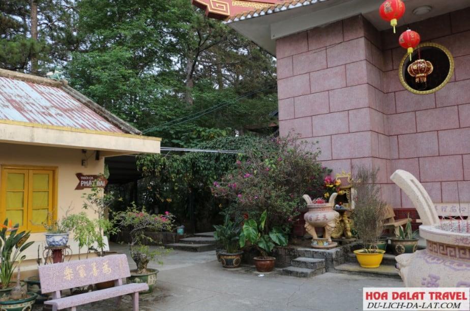 Phần không gian kiến trúc bên trái của chùa