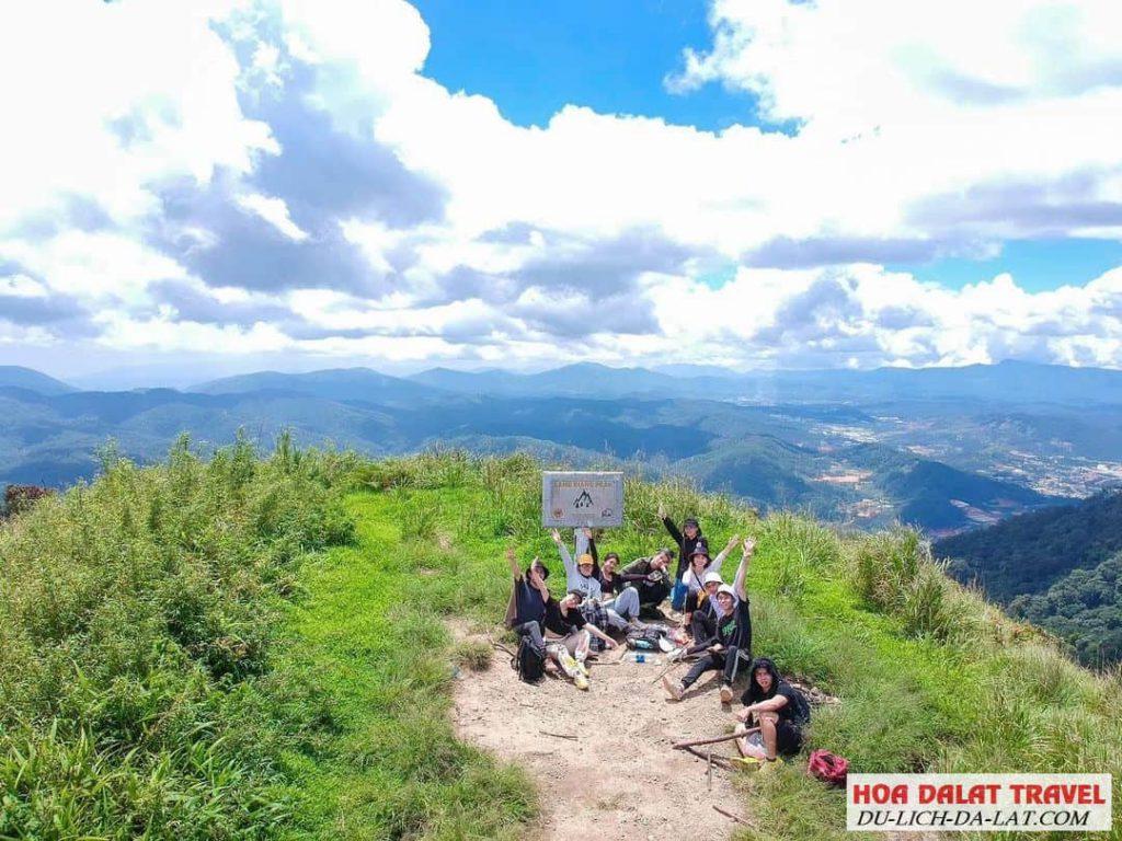 Hình ảnh các bạn trẻ leo núi langbiang