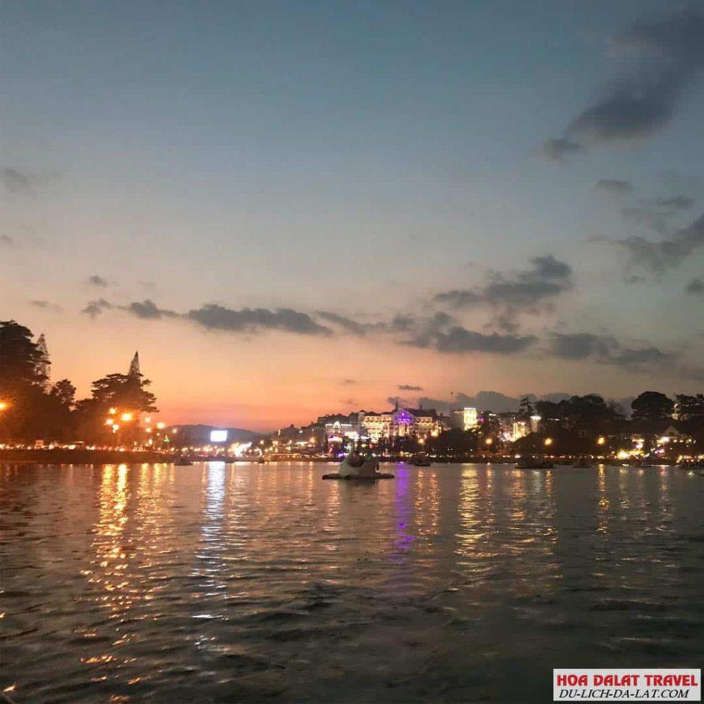 Ăn vặt, ngắm cảnh hồ Xuân Hương về đêm