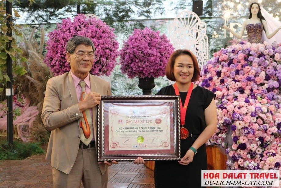 Chiếc váy cưới làm bằng hoa tươi lớn nhất Việt Nam - Kỷ lục