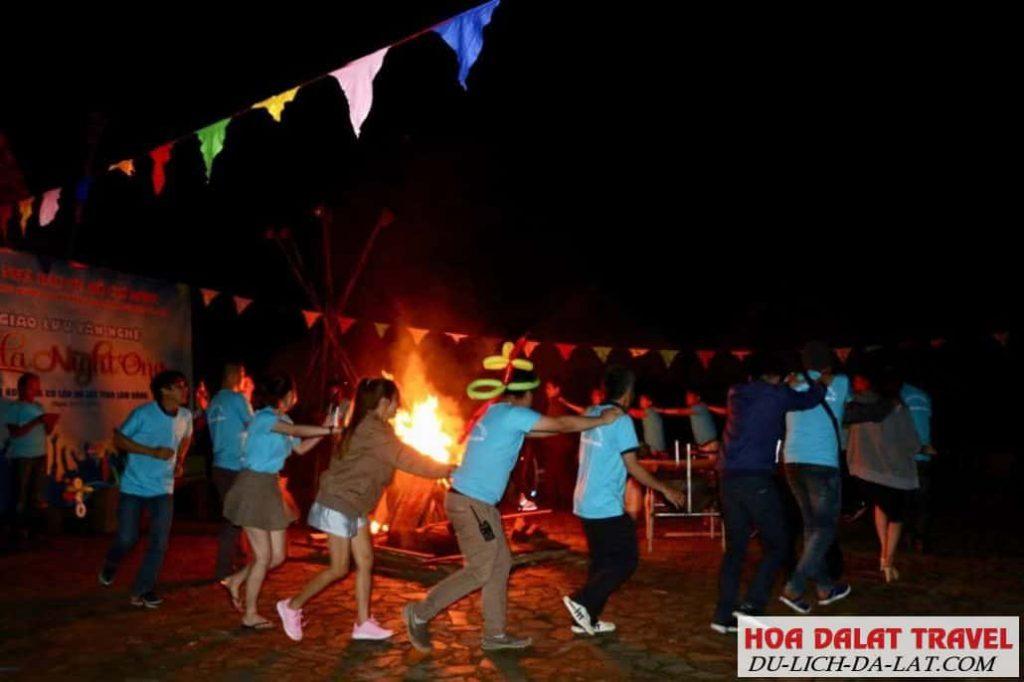 Chương trình đốt lửa trại tại làng Cù Lần