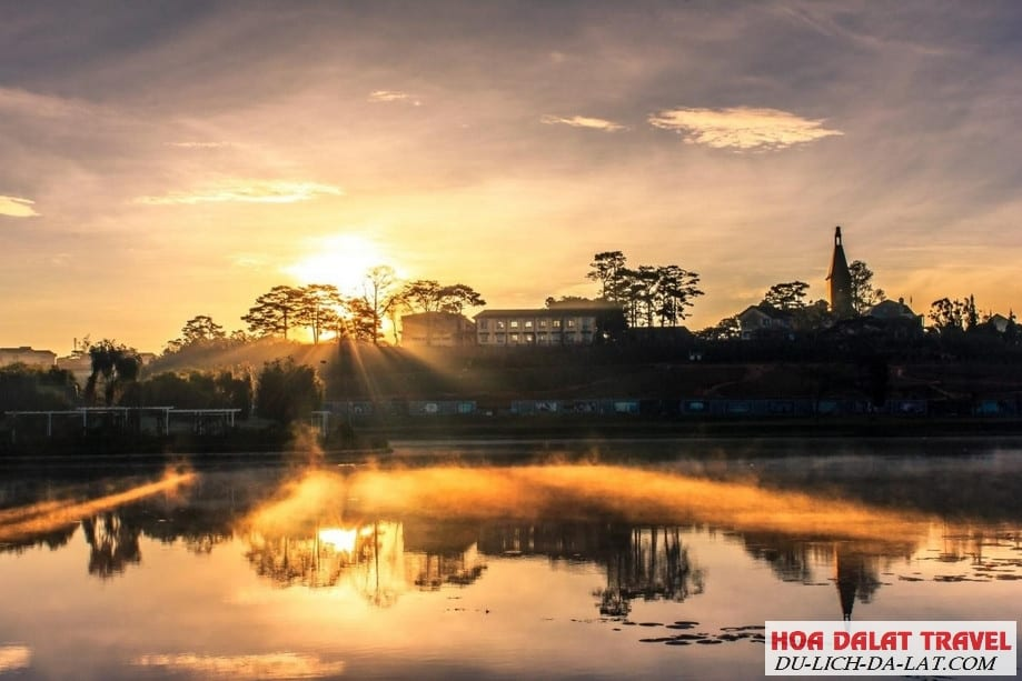 Chụp ảnh bình minh ngay hồ Xuân Hương