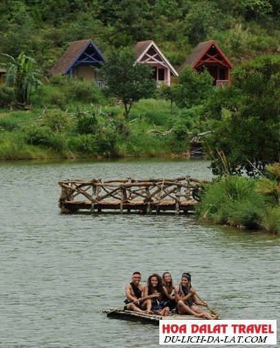 Hình ảnh làng Cù Lần Đà Lạt - Du khách vui chơi