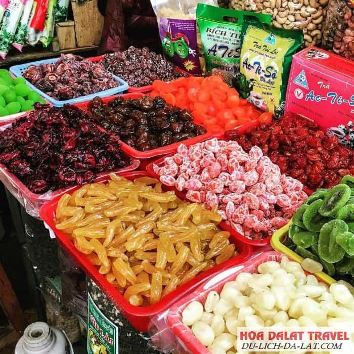 Mứt, trà và hoa quả sấy chợ đêm