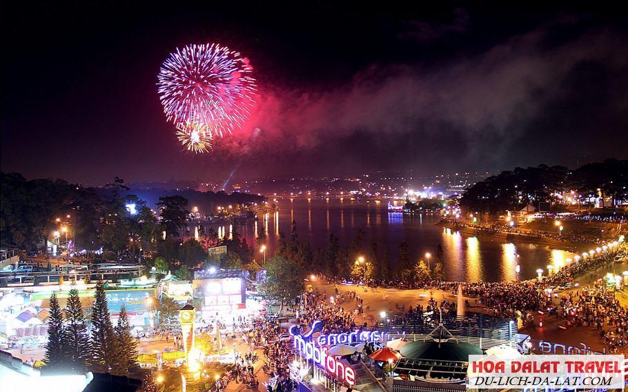 Ngắm pháo hoa ở hồ Xuân Hương