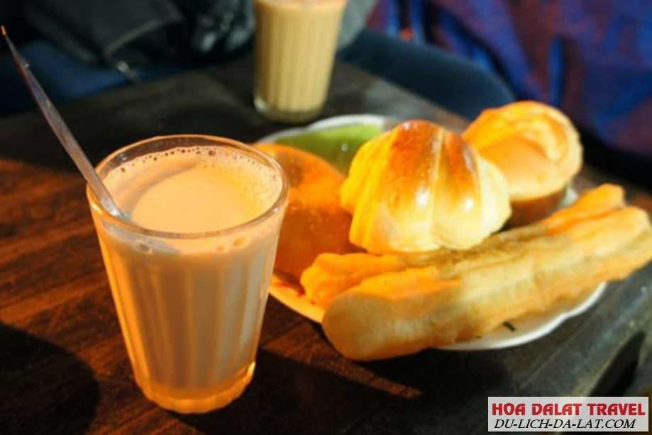 Sữa đậu nóng và bánh ngọt ở chợ đêm