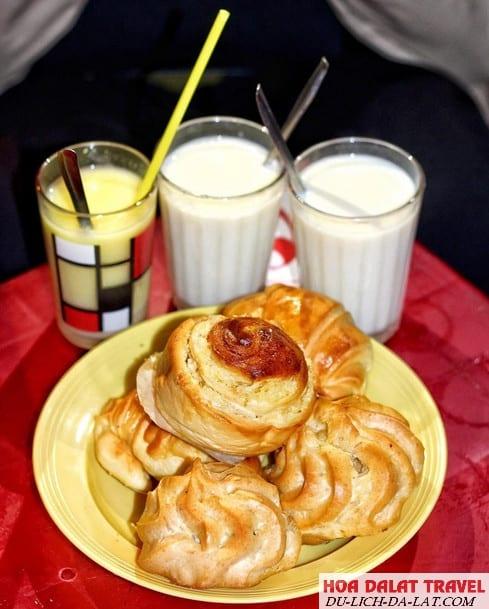 Sữa đậu nóng và bánh ngọt