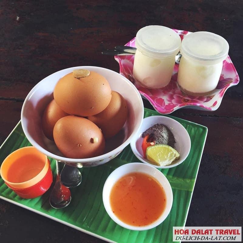 Yaourt và trứng gà lòng đào