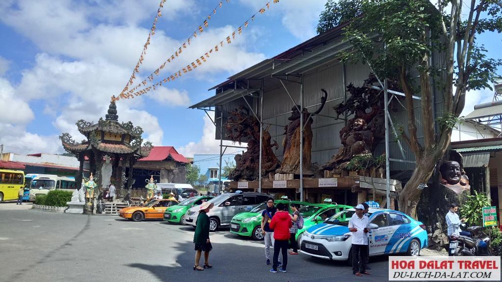 Đi chùa Linh Phước bằng xe máy, xe ô tô hoặc xe khách