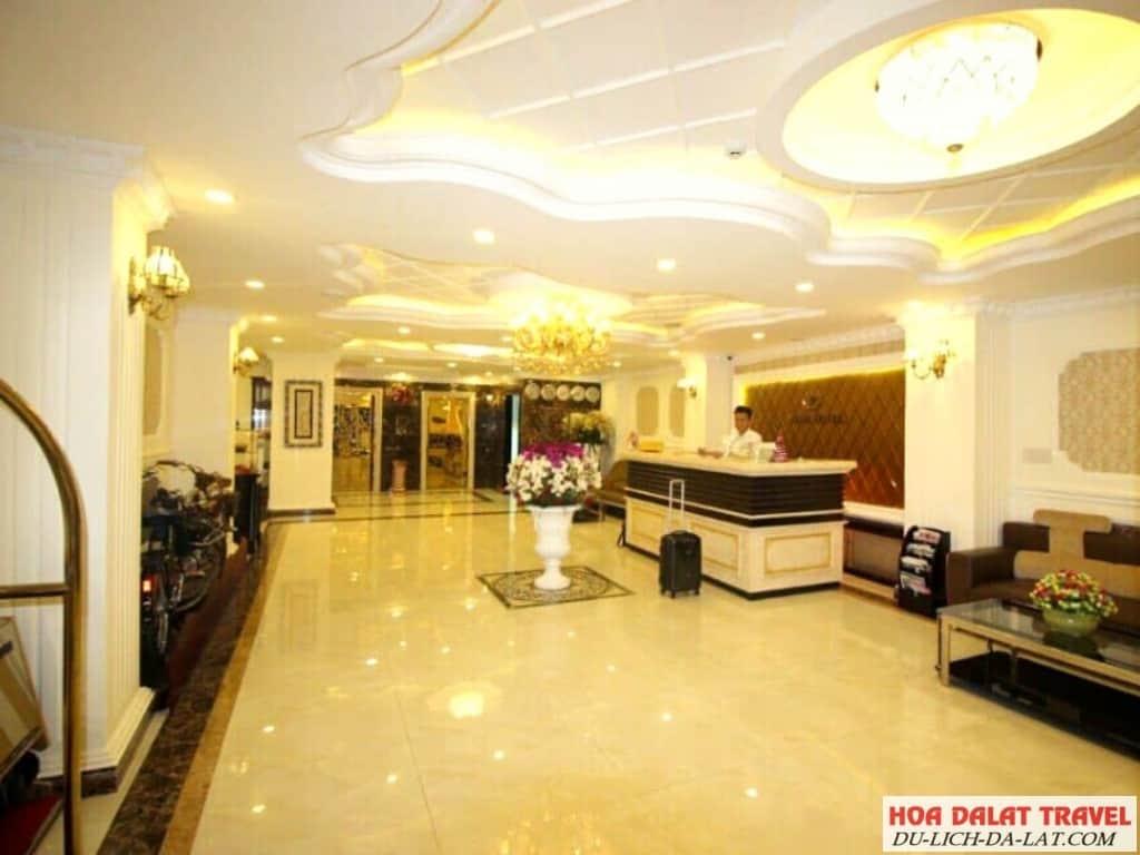 Review khách sạn Royal