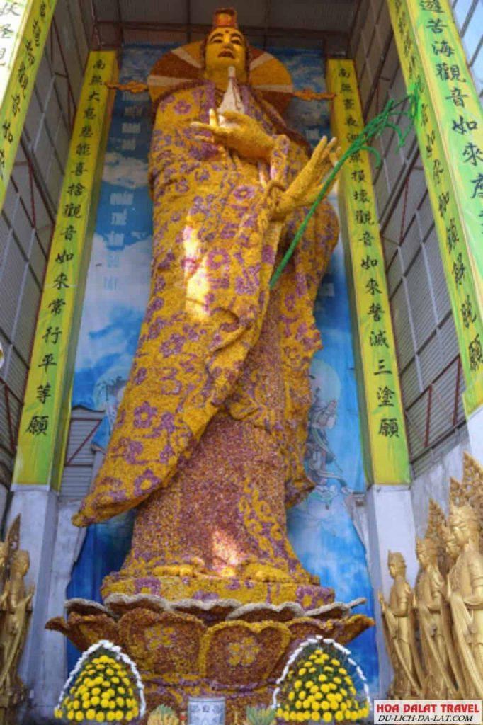 Tượng Bồ Tát Quan Thế Âm bằng hoa bất tử lớn nhất thế giới