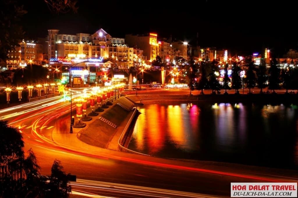 Vẻ đẹp tuyệt trần của hồ Xuân Hương về đêm