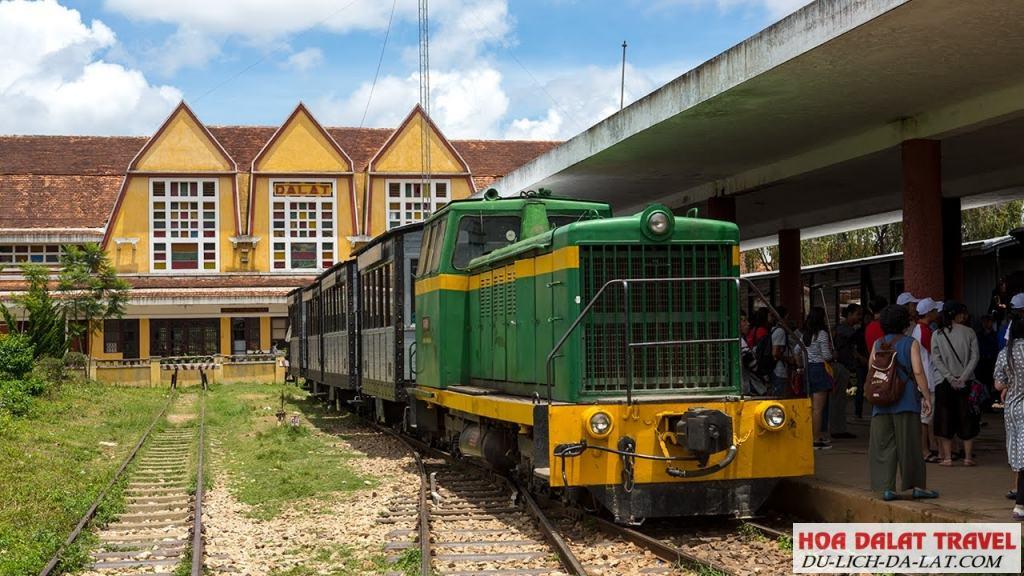 Xe lửa đi chùa Linh Phước